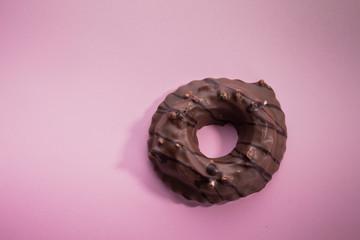 Nuss Nougatring Schokolade rosa Hintergrund