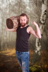 Muskulöser Mann mit Vollbart