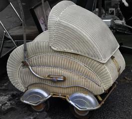Antiker Kinderwagen auf einem Flohmarkt