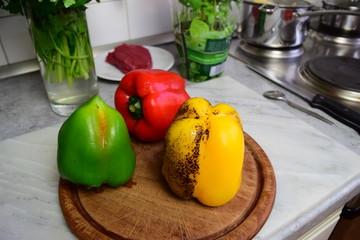 Mit Bunsenbrenner enthäutete Paprika