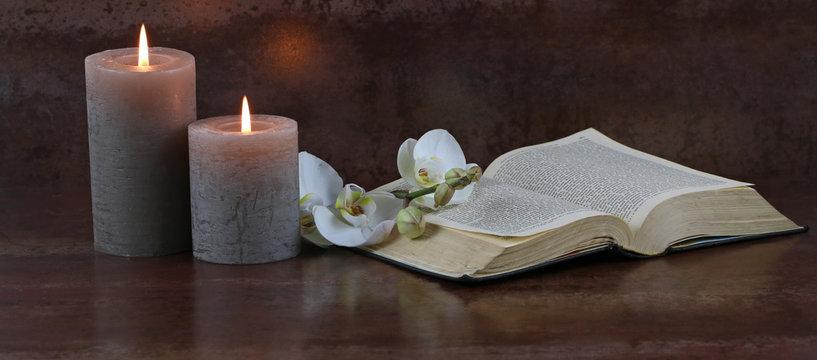 Kerzen mit Bibel