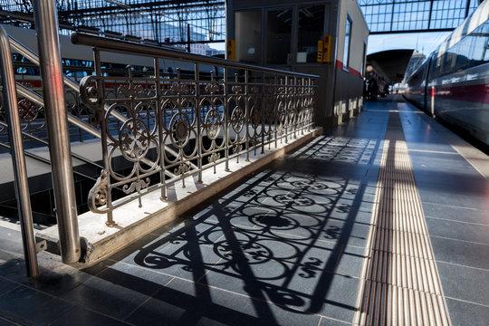 Schatten eines Geländers im Bahnhof in Frankfurt