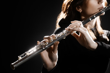 In de dag Muziek Flute instrument. Flutist hands playing flute music