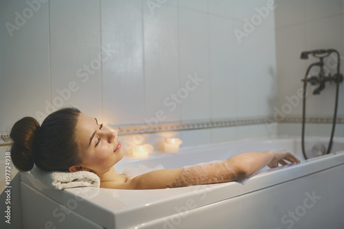 naked-very-young-girls-in-bathtub