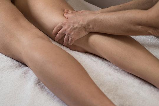 massaggio drenante alle gambe di una giovane donna