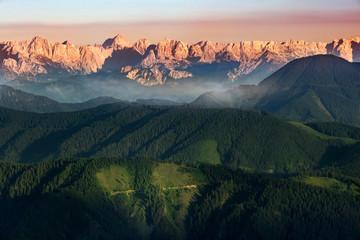 Sonnenuntergang in den Bergen Alpen Östereich