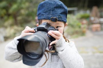 一眼レフカメラを構える女の子