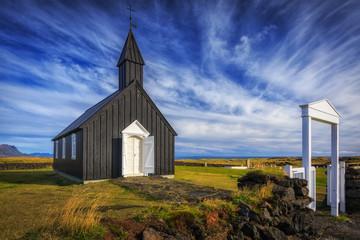 Durch die enge Pforte. Schwarze Kirche in Budir, typische isländische Holzkirche_001