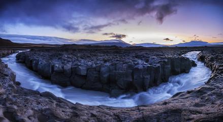 Toller Sonnenaufgang am milchigen Gletscherfluss Geita im Lavafeld Geitlandshraun, Island_001