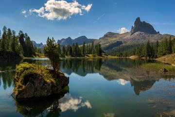 Lago di Federa wunderschöner Bergsee in der Nähe von Cortina d'Ampezzo_001