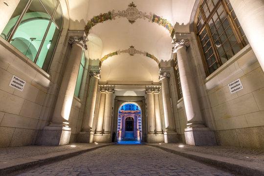 Beleuchteter historischer Innenhof in Potsdam
