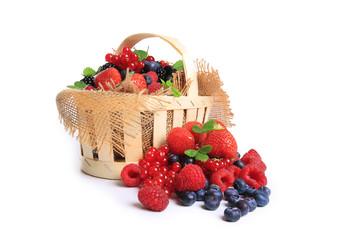 panier de fruits rouges sur fond blanc