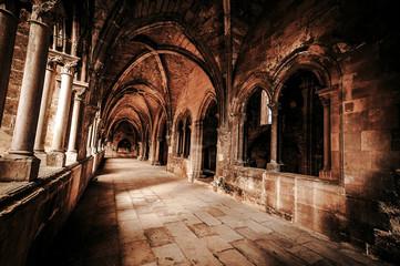 Łukowy korytarz w Katedrze Se w Lizbonie