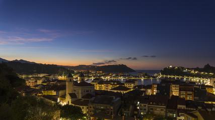 Vista al atardecer de la Villa Marinera de Ribadesella, en Asturias, España