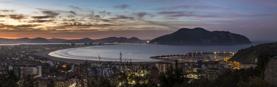 Vista panoramica de la ciudad de Laredo y Santoña al atarceder y la ria de Treto, en Cantabria, España