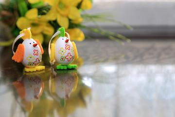 Dwa jaja Wielkanocne w kształcie kurcząt z odbiciem.