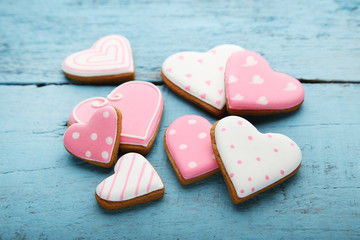Stores à enrouleur Biscuit Homemade valentine cookies on blue wooden table