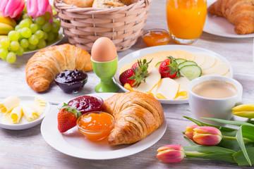 Leckeres Frühstück mit Croissant und Kaffee