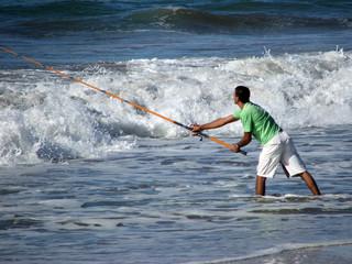 Hombre pescando en el mar.