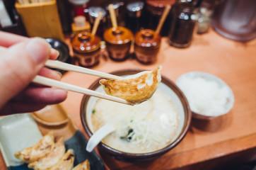 餃子を食べる。箸上げ。左利き。一人暮らしのリアルな食事。ありふれた日常