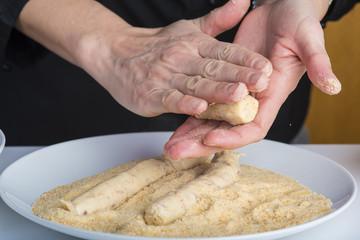 Chef reparando croquetas para la comida en la mesa de la cocina, cocinar es su trabajo.