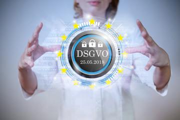 Frau mit Button und dem Text DSGVO