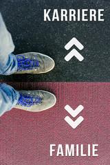 Vor einer wichtigen Entscheidung stehen über Karriere und Familie in der Zukunft symbolisiert durch Füße auf zwei unterschiedlichen Farben auf Straße
