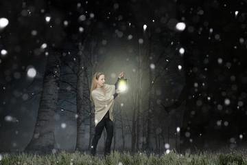 Frau steht im Wald einem Angreifer gegenüber