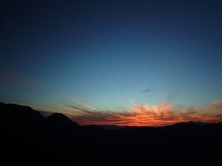 夜明けの赤い雲