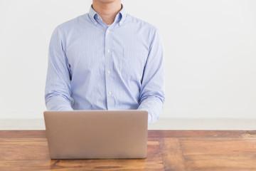 パソコンを見る男性 手元