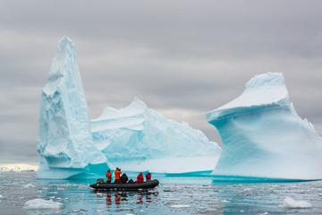 Foto auf Acrylglas Antarktika Zodiac cruising through icebergs, Antarctica