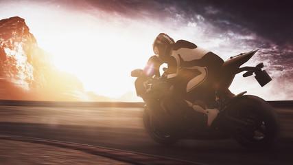 Motorradfahrer fährt schnell in Kurve