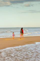 enfant sur la plage avec sa maman