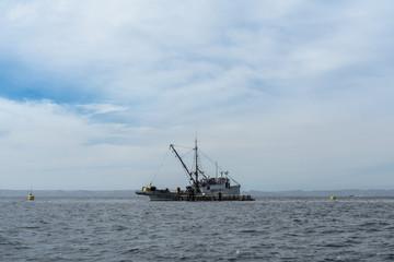El barco pesquero está en los criaderos de atún.