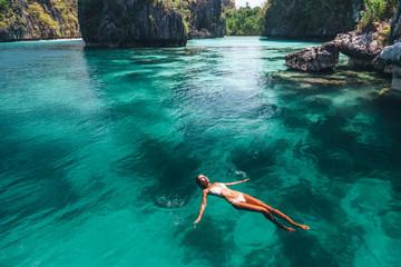 Photo sur Plexiglas Lieu connus d Asie Woman swimming in clear sea water in Asia