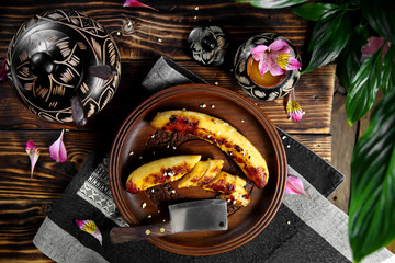 жаренные бананы на деревянном блюде