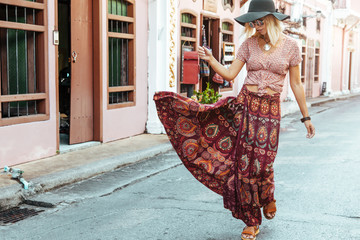 Papiers peints Lieu connus d Asie Boho girl walking on the city street