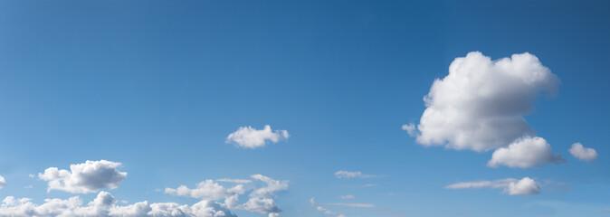 Panorama blauer Himmel mit Cumuluswolken und Platz für Text