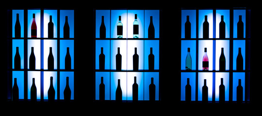 Вино на витрине в баре. Выставка