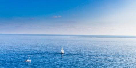 Море. Небольшие яхты в море