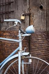 Bicicleta y puerta antiguas