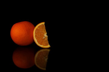 красивый желтый апельсин на черном фоне с отражением