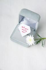 プロポーズの言葉とリングケースと花一輪