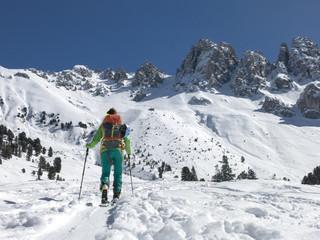 Skitourengeherin auf der Kematenalm bei Axams