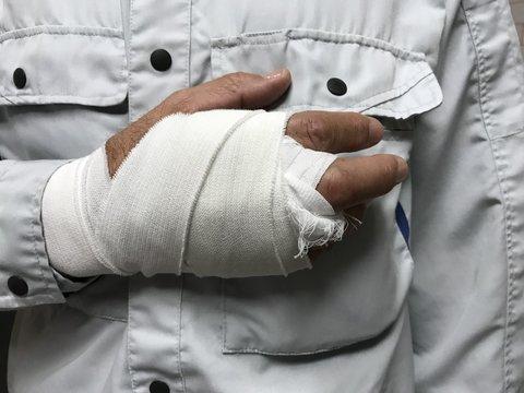 仕事中に手を怪我した労働者