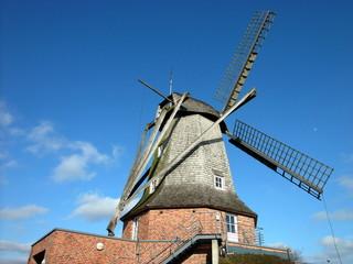 Aluminium Prints Mills Die Sinninger Mühle mit dem Gerätehaus der Feuerwehr in Sinningen bei Saerbeck im schönen Westfalen bei blauem Himmel und Sonnenschein