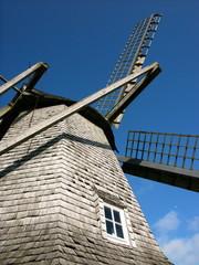 Aluminium Prints Mills Graue Schieferfassade der Sinninger Mühle vor blauem Himmel mit Sonnenschein bei Saerbeck im Münsterland im Kreis Steinfurt