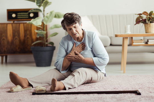 Elderly woman with heart attack