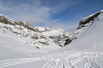 Tracce di sci sulla soffice e fresca neve