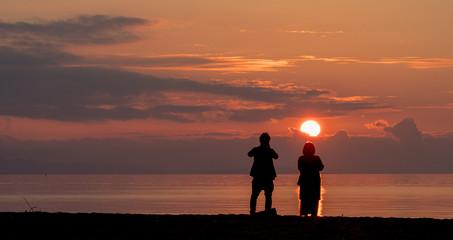 二人で見る夕日
